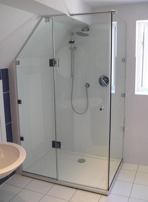Phòng tắm đứng kính cường lực có khả năng chịu lực cao, giảm tiếng ồn và cách âm hiệu quả