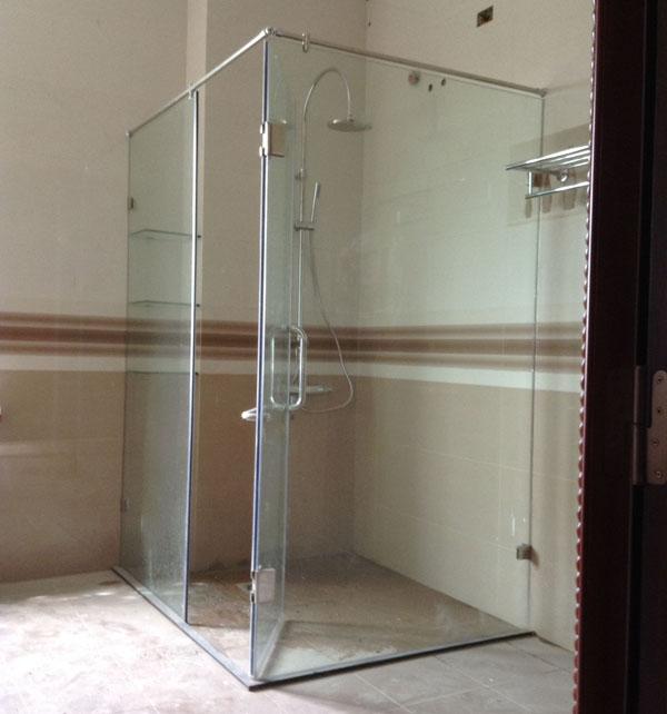 Phòng tắm kính cường lực thiếu sự riêng tư do chất liệu kính trong suốt