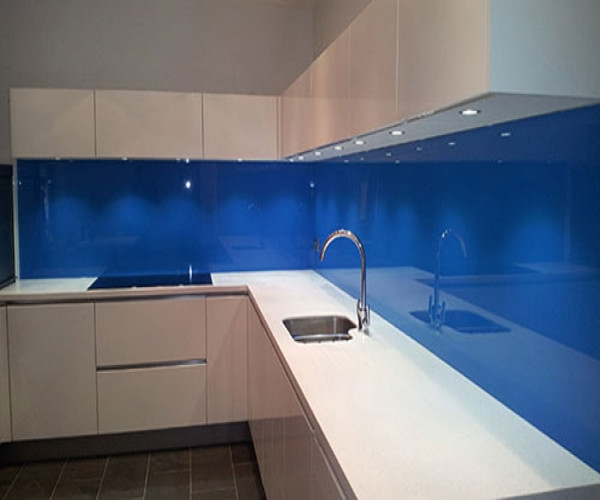 Mẫu kính ốp tường nhà bếp màu xanh dương