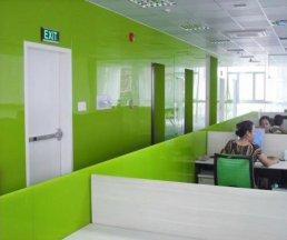 Mẫu kính màu ốp tường văn phòng