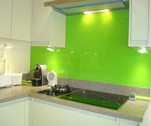 Kính ốp bếp màu xanh