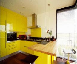 Kính ốp tường bếp đẹp màu vàng