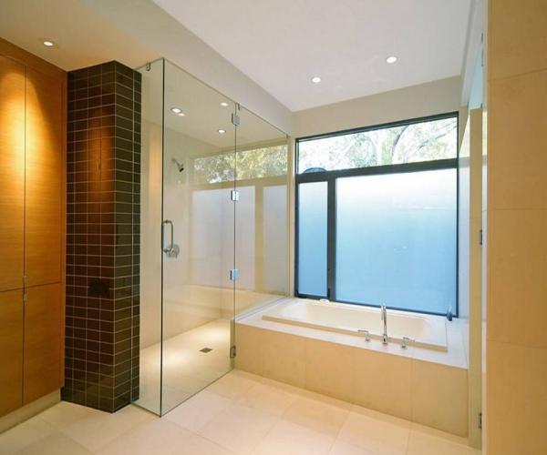 Mẫu phòng tắm kính đứng vát góc đẹp